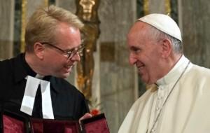 Papst Franziskus mit lutherischem Pastor Kruse